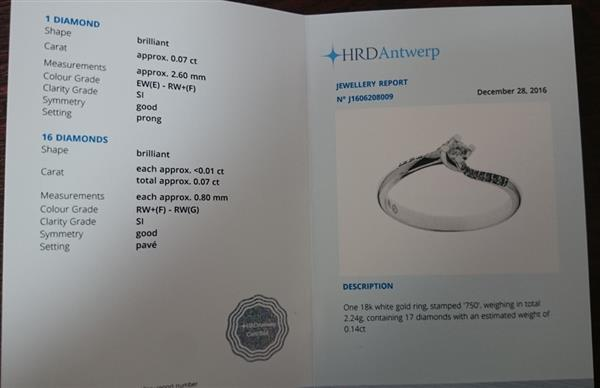 Помолвочное кольцо с 1 бриллиантом 0,07 ct 2/5 и 16 бриллиантами 0,07 ct 3/5 белое золото 750°